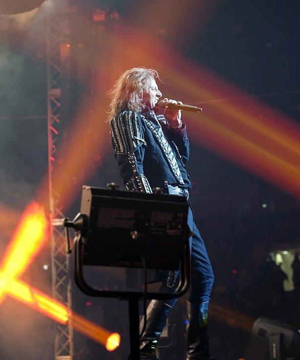 DIVÁCKÝ REKORD, POBLÁZNĚNÉ FANYNKY A SUVERÉNNÍ VÝKONY HLAVNÍCH PROTAGONISTŮ. V takové atmosféře se odehrál páteční koncert nejprodávanější české kapely Kabát.