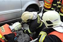 Hasiči vyjeli k hořícímu autu.