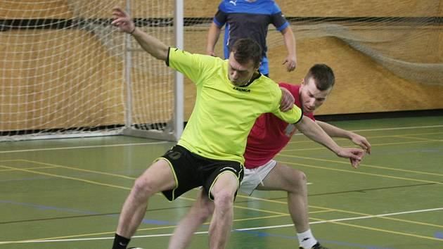 ZE ZÁPASU REAL FC SOCKY. Ve světlém je u míče Siegl z Realu a za ním Lakomý z FC Socky.
