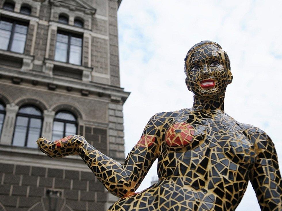 odhalení nové sochy před libereckou radnicí. Jde o uměleckou podobiznu legendární latino-hispánské umělkyně Josephine Baker, jejíž autorkou je Josefína Jonášová.