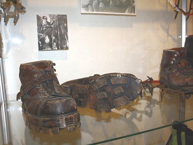 HOROLEZECKÉ VYBAVENÍ. Díky nadšencům, sběratelům i horolezcům se turnovskému muzeu podařilo získat velké množství exponátů, například tyto historické boty. V příštím roce by se tu mohla otevřít i dlouhá léta plánovaná stálá expozice horolezectví.