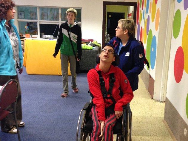 Postižené děti přišly o asistenty.  O handicapované školáky se nemá během výuky kdo postarat.