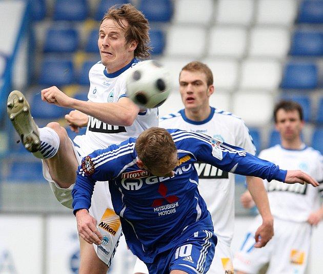 Gól střídajícího Nezmara šest minut před koncem rozhodl výsledek urputného zápasu. Na snímku Pavel Košťál a Hubník.