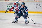 Utkání 9. kola Tipsport extraligy ledního hokeje se odehrálo 1. října v liberecké Home Credit areně. Utkaly se celky Bílí Tygři Liberec a HC Dynamo Pardubice. Na snímku vpravo Adam Jánošík a vlevo Patrik Poulíček.