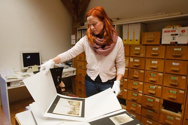 Kurátorka Severočeského muzea vLiberci Anna Dařbujanová představuje nově získané fotografie, které čekají na restaurování.
