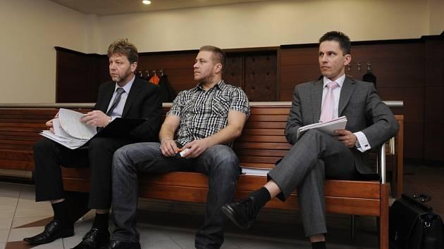 Odsouzení Mačí, Mašek a Novák (zleva) u libereckého soudu.
