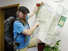JAN KOPP, organizátor nultého ročníku Jizerská sněžnice, ukazuje trasu pochodu z Jizerských hor do Krkonoš.