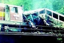 Srážka vlaků se stala ve špatně přehledném a skalnatém terénu nad řekou Kamenicí, takže strojvůdci ani nestačili soupravy před havárií zpomalit. Osobní vůz začal po srážce hořet.