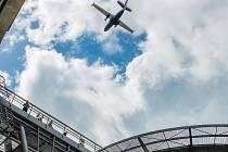 Nad Libercem kroužil čtrnáctimetrový letoun. Zaměřoval heliport.