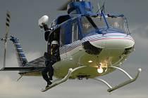 TRÉNOVALI ZÁCHRANU NA JEZEŘE. K vytahování tonoucích z vody použili při cvičení záchranáři také výsadkáře a policejní vrtulník.