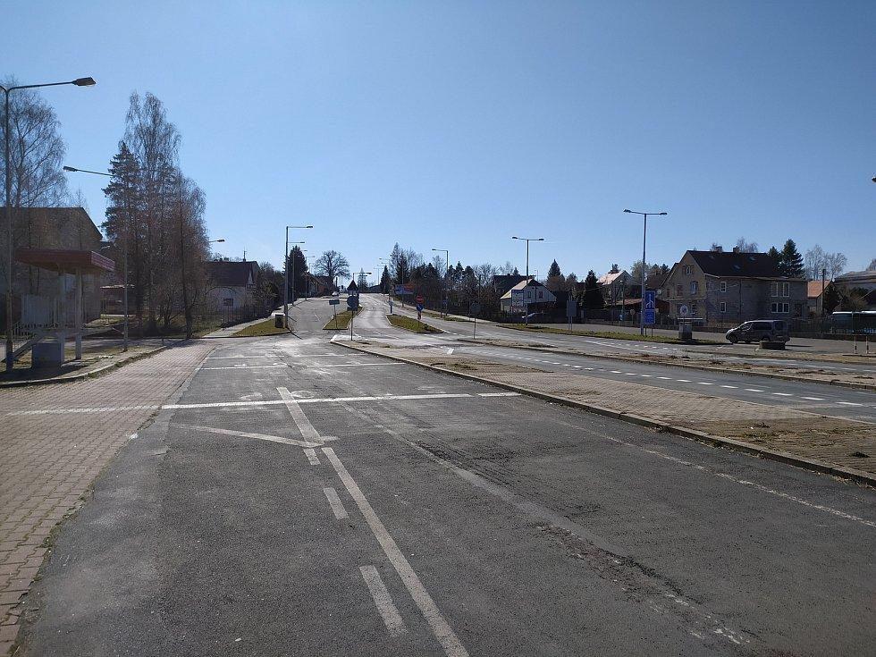Jinak rušný přechod do Polska v Habarticích na Frýdlantsku je od rána zavřený, na polské straně hlídkuje policejní auto, které vrací řidiče zpátky.
