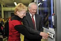 Přemysl Sobotka s Evou Bartoňovou společně uvedli CNC stroj do provozu a se zájmem sledovali jeho přesnou práci.