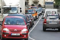 Kvůli uzavírce tramvajového přejezdu v ulici Lipová musejí řidiči cestou na Šaldovo náměstí využívat objízdné trasy kolem Textilany. V Jablonecké ulici se díky tomu tvoří kolony.