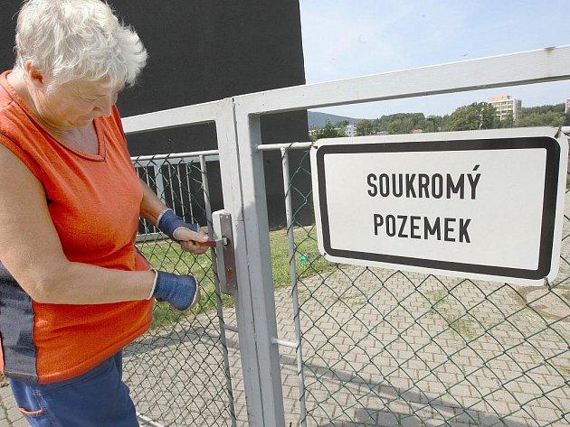 Projevům vandalství a prohřeškům proti veřejnému pořádku vedení domova zabránit nedokázalo. Park bude proto v průběhu srpna pro veřejnost na trvalo uzavřen a zajištěn ostrahou.