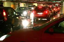 ZÁCPA PŘED PLAZOU. Navečer se při výjezdu z centra tvoří dlouhé fronty. Podle magistrátu je to proto, že na předvánoční nákupy vyjíždí velký počet motoristů. Podle centra je to normální.