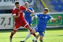 Liberecký Pavelka bojuje o míč
