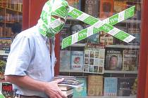 O záhadném BOOKISHmanovi zatím víme jen, že byl spatřen v Pražské ulici, mizí a objevuje se s hromádkami knih a zřejmě má rád i Agathu Christie...
