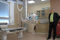 MODERNÍ RENTGENOVÝ přístroj si v liberecké nemocnici prohlíží radní Petr Tulpa.