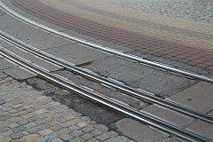 Tramvajový oblouk na Soukenném náměstí na trati Horní Hanychov - Lidové sady je ve špatném stavu. V létě 2018 ho proto čeká rekonstrukce. Na snímku jeden z postižených panelů.