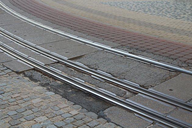 Tramvajový oblouk na Soukenném náměstí na trati Horní Hanychov - Lidové sady je ve špatném stavu. Vlétě 2018ho proto čeká rekonstrukce. Na snímku jeden zpostižených panelů.