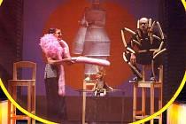 S ORIGINÁLNÍM SCÉNICKÝM POJETÍM příběhu Jakub a obří broskev z pera dětského klasika Roalda Dahla se Naivní divadlo pokusí zaujmout na mezinárodním Divadle evropských regionů.