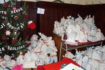 Tradiční výstavu vánočních stromku z Česka, Polska a Německa letos pořadatelé – Diakonie Církve československé husitské – rozšířili o nadílku pro obyvatele vyplavených míst.