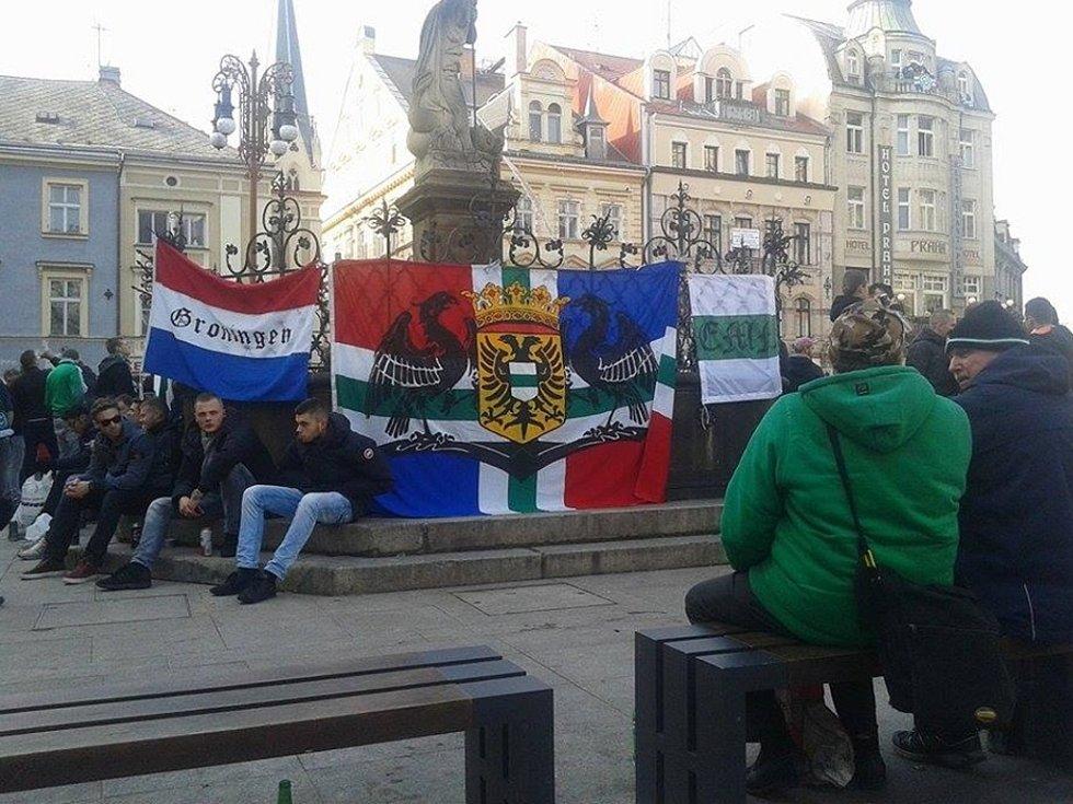Fanoušci FC Groningemu před libereckou radnicí.