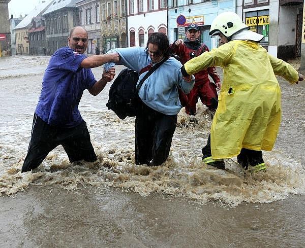 Velká voda v Chrastavě na náměstí.