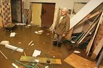 Také Miroslav Pabiška, který pomáhá svým potomkům při rekonstrukci domku, který letos v lednu koupili, ztratil téměř veškerý elán, když poslední voda opět nemilosrdně zaplavila nedokončenou stavbu.