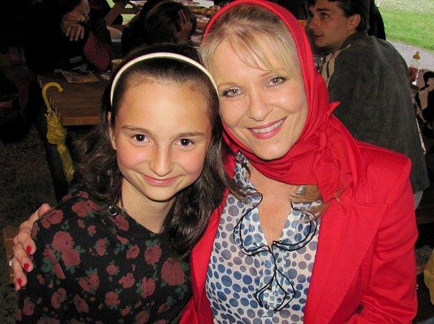 Na premiéru přijela také Chantal Poullain, která se ochotně fotila s místními dětmi.
