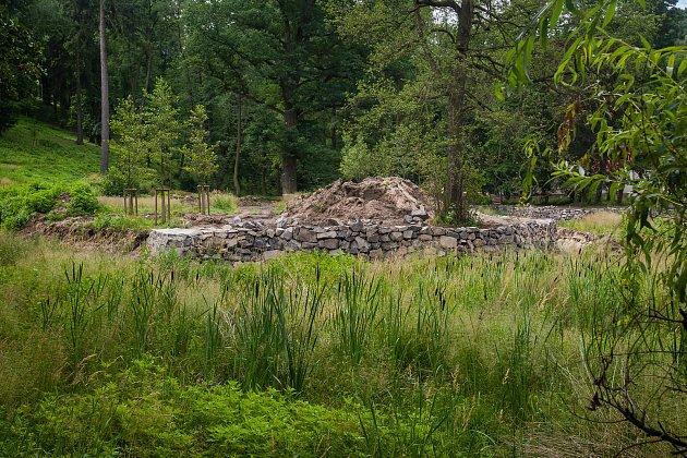 V parku pod zámkem ve Frýdlantě na Liberecku začala po dvou letech revitalizace vypuštěného rybníka (na snímku z 14. července). Celková oprava přijde zhruba na osm milionů korun.
