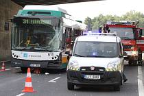 Autobus s cestujícími se srazil s kamionem, nehoda se neobešla bez zranění