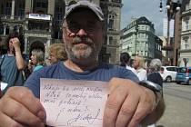 Vzkaz, který libereckým zastupitelům zanechal občan na fotografii, nepotřebuje komentář.