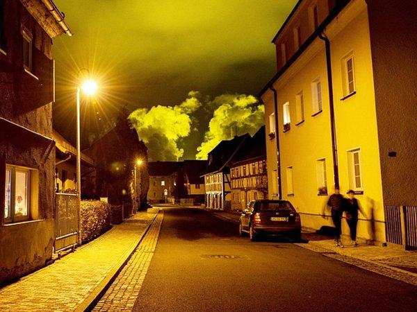 Skleníky, které mají rozlohu 10hektarů, vydávají světlo jako stotisícové město.