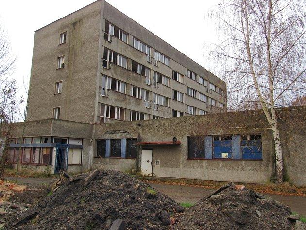 UBYTOVNA KOVÁK pochází ze 70. let minulého století, původně sloužila učňům chrastavského závodu Elitex. Po revoluci ji koupil Radim Urban, který ale havarijní stav objektu nijak neřeší.