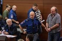 Šetření případu rozsáhlé výroby amfetaminu určeného pro švédský trh začalo 10. října u krajského soudu v Liberci. Na snímku vpravo je obžalovaný Richard Rákosník.