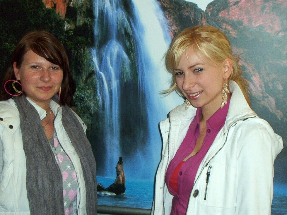 Pohádkové snímky Václava Špillara si přišly prohlédnout i dvě studentky.