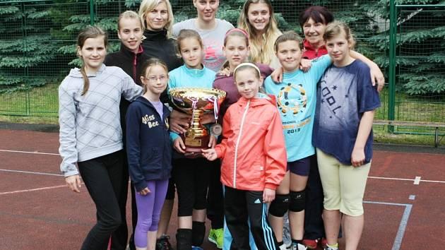 MISTRYNĚ NA LOKOMOTIVĚ. Martina Weisenbilderová (nejvyšší nahoře) se přišla včera pochlubit s mistrovským pohárem mladým házenkářkám i trenérkám Loko DHK Liberec.