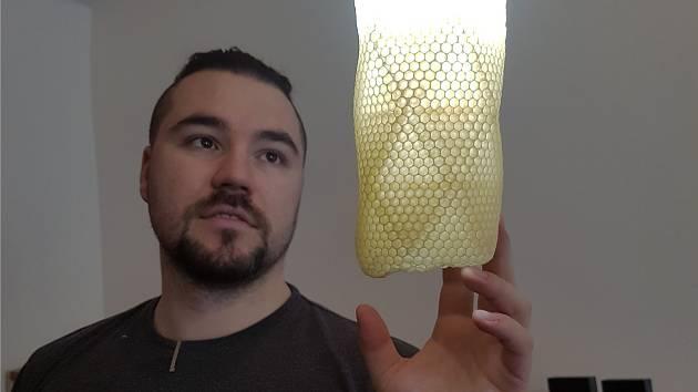 Na tomto jedinečném svítidle pracovaly stovky včelích dělnic.
