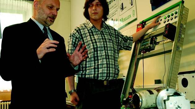 MODERNÍ TECHNOLOGIE. Generální ředitel skupiny ČEZ Josef Holub a student průmyslovky Pavel Hynek diskutují nad přístroji, které škola zakoupila za peníze společnosti.