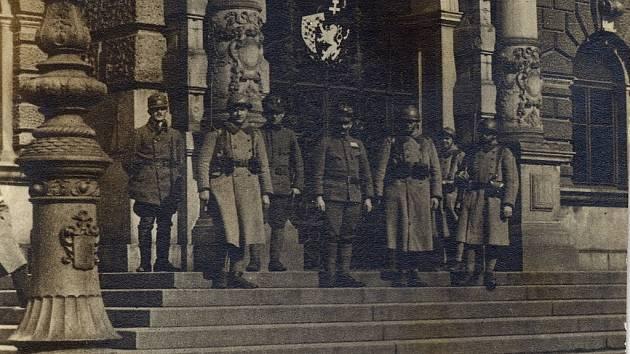 Autentický snímek zachycuje libereckou radnici v roce 1918 po obsazení armádou.