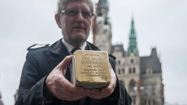 Pracovníci technických služeb umístili 9. listopadu po Liberci jako připomínku Křišťálové noci dvanáct Kamenů zmizelých.
