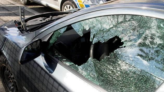 ZLODĚJI KRADOU buď celá auta, a nebo drahé věci v nich odložené, včetně autorádií. Na snímku rozbité okénko u Škody Octavie a odcizená kapota.