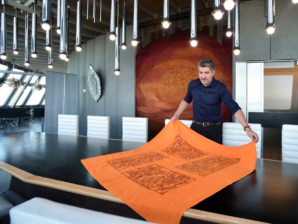 ŘEDITEL HOTELU Ještěd Petr Šmaus ukazuje po letech navrácený původní ubrus z Ještědu.