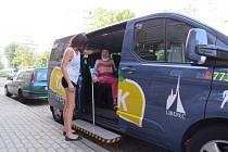 PRŮMĚRNÝ věk cestujících v seniorském Taxíku Maxíku je 77,5 let.