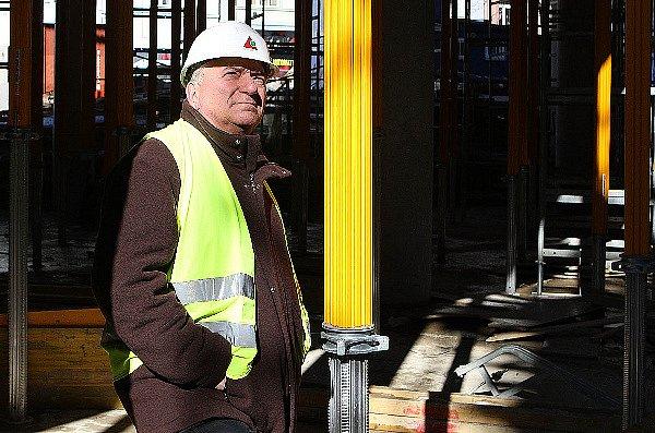 Projektový manager Jan Heis ze společnosti Plaza Centers při prohlídce stavby v Liberci.