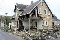 Domy poznamenané povodní trpí dál. Mrazem.