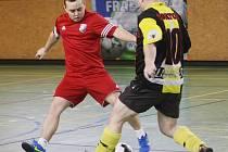 O POSLEDNÍ FLEK. Vpravo je Stavinoha z Ferneťáků a vlevo Yuriy Vaynahiy z Liberec C.F.