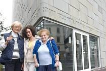 ISA ENGELMANNOVÁ, BLANKA ZÁVITKOVSKÁ A EDITA WEITZENOVÁ (na snímku vpravo), dvě hlavní protagonistky filmu, společně s režisérkou na místě bývalé židovské synagogy v Liberci.