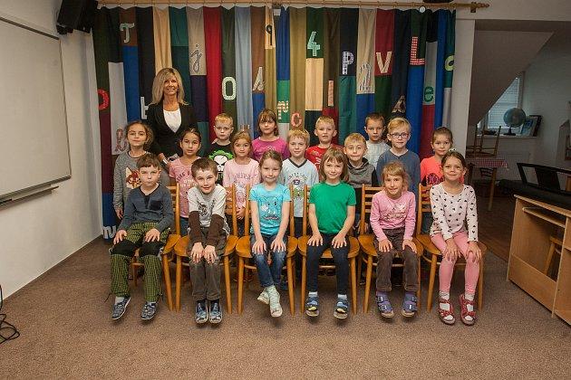 Prvňáci ze Základní školy Dlouhý Most se fotili do projektu Naši prvňáci. Na snímku je snimi třídní učitelka Iva Poršová.